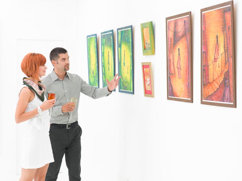 Kunstliebhaber auf einer Ausstellung