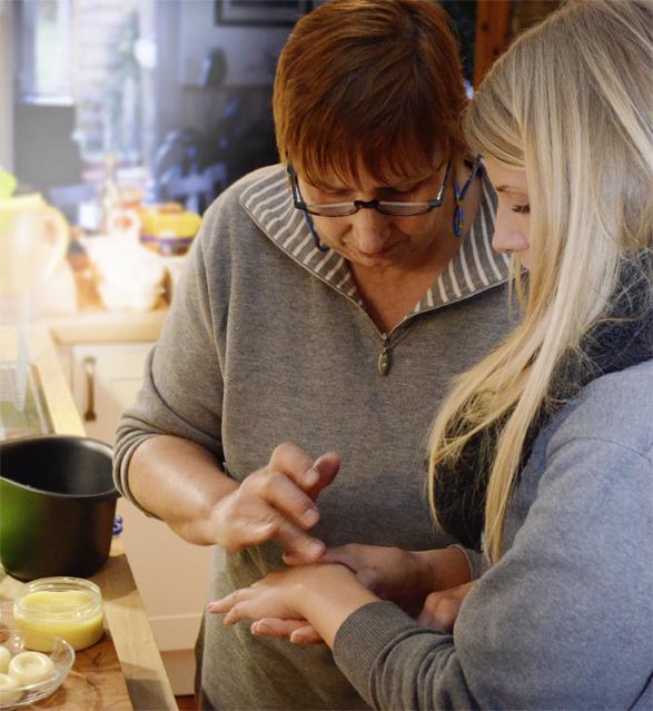 Ariane und ihre Tochter testen die DIY-Ringelblumencreme!