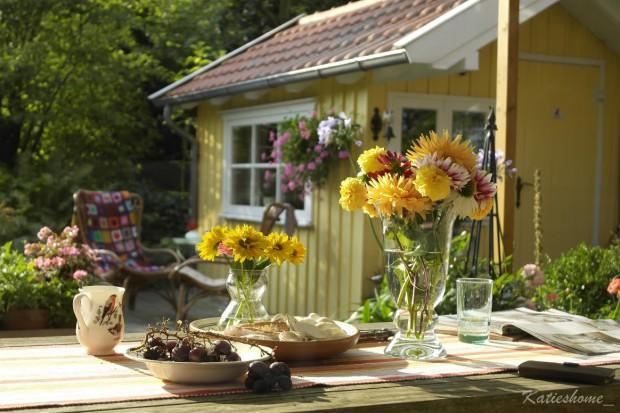 Die gelbe Schwedenhütte: Auf der Terrasse werden im Sommer allerhand Köstlichkeiten aufgetischt.