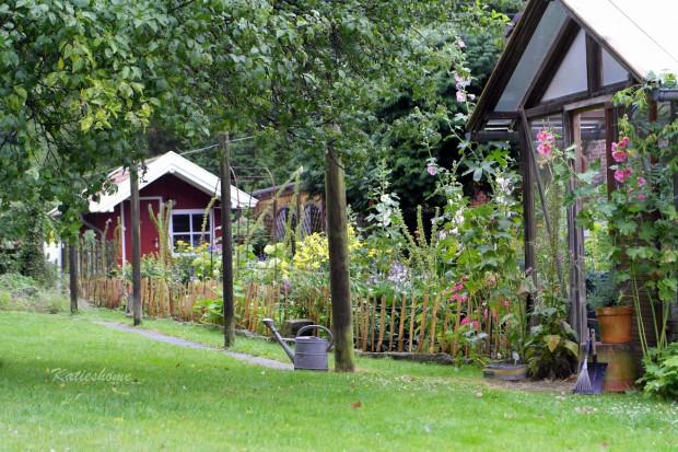 Häuschen für den Garten zimmert Katjas Mann.