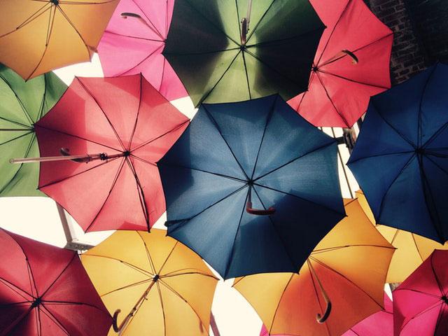 Regenschirme als Sonnenschirm