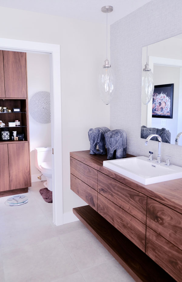 Badezimmer mit Holz-Akzent