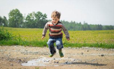 Mit Kindern im Garten spielen